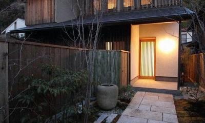 明かりの灯った新緑のアプローチ|『米倉』二階堂Y邸