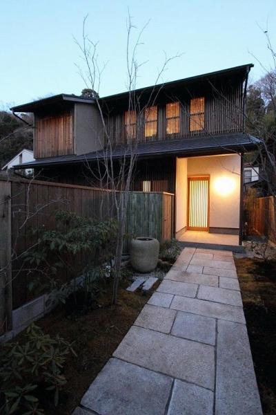 明かりの灯った新緑のアプローチ (『米倉』二階堂Y邸)