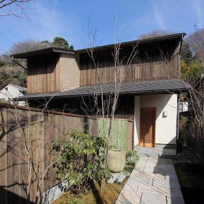 木製竪格子を全面的に取り付けた外観 (『米倉』二階堂Y邸)