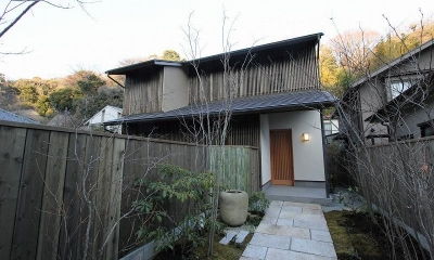 木製竪格子を全面的に取り付けた外観|『米倉』二階堂Y邸