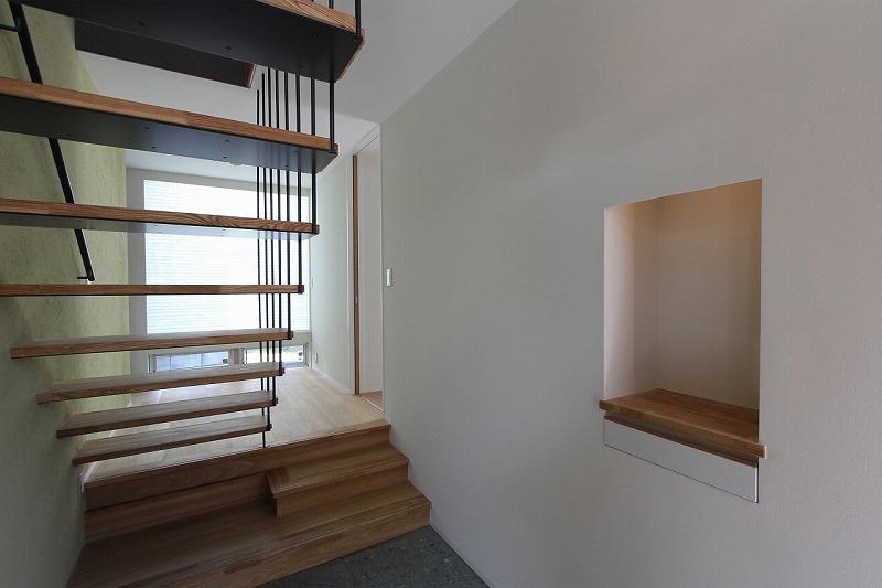天蓋のある家の部屋 吊構造の階段
