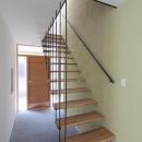 吊構造の階段・広々とした土間のある玄関