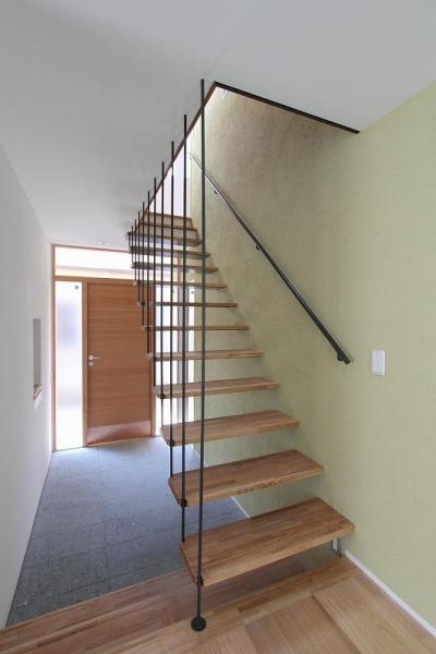 吊構造の階段・広々とした土間のある玄関 (天蓋のある家)