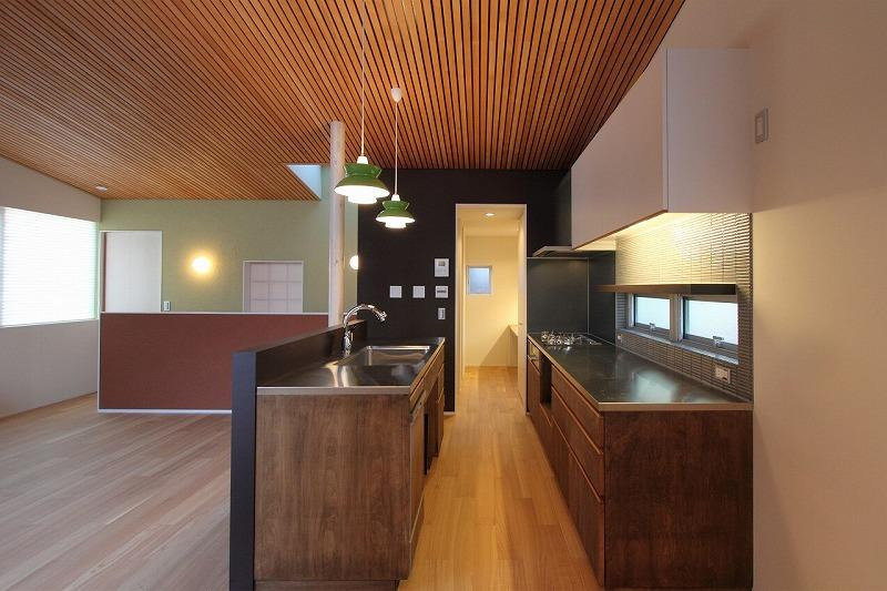 天蓋のある家の部屋 対面キッチン