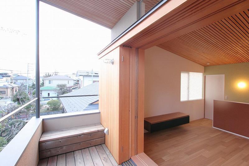 天蓋のある家の部屋 半屋外のベランダ
