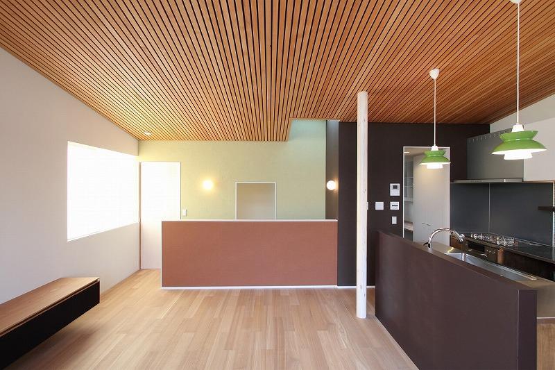 天蓋のある家の部屋 勾配天井のダイニングキッチン