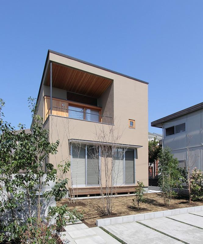 天蓋のある家の写真 植栽のあるコンパクトな外観