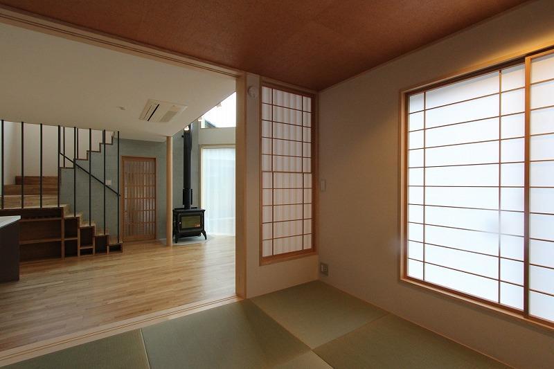 笹谷の家 (リビングと繋がる琉球畳を敷いた和室)