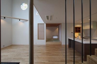 階段から吹き抜けのあるLDKを見る (笹谷の家)