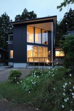笹谷の家 (黒いガルバリウム鋼板の外観 3)