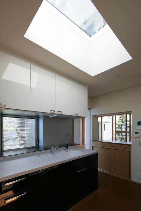 Yokono ARKの部屋 トップライトから光が降り注ぐキッチン