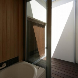 Yokono ARK (坪庭に面した浴室)