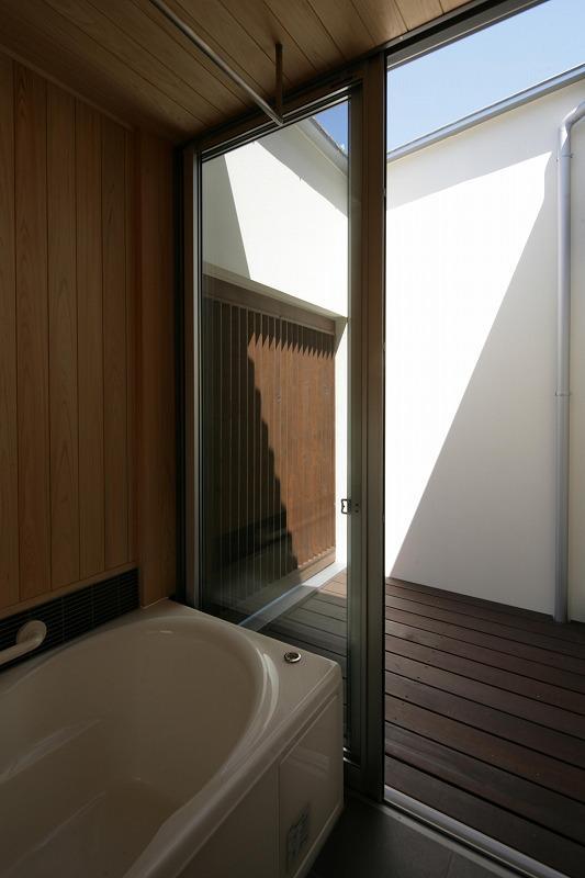 Yokono ARKの部屋 坪庭に面した浴室