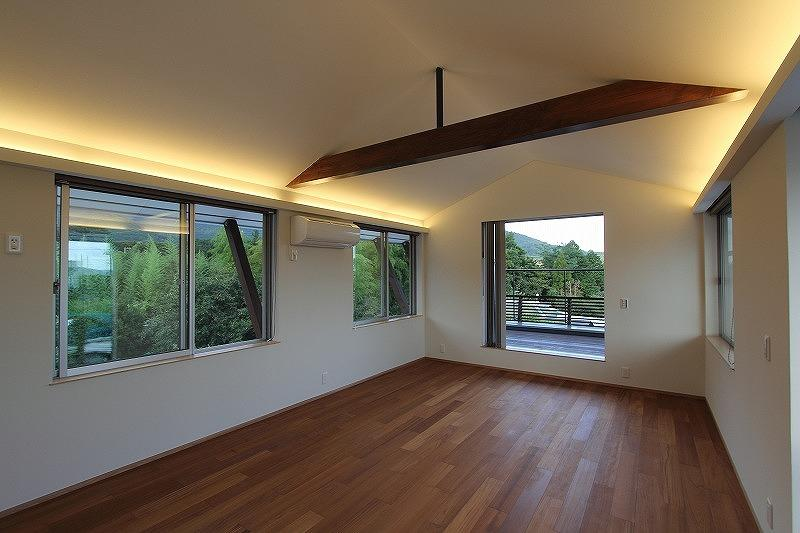 Yokono ARKの部屋 梁の見える洋室