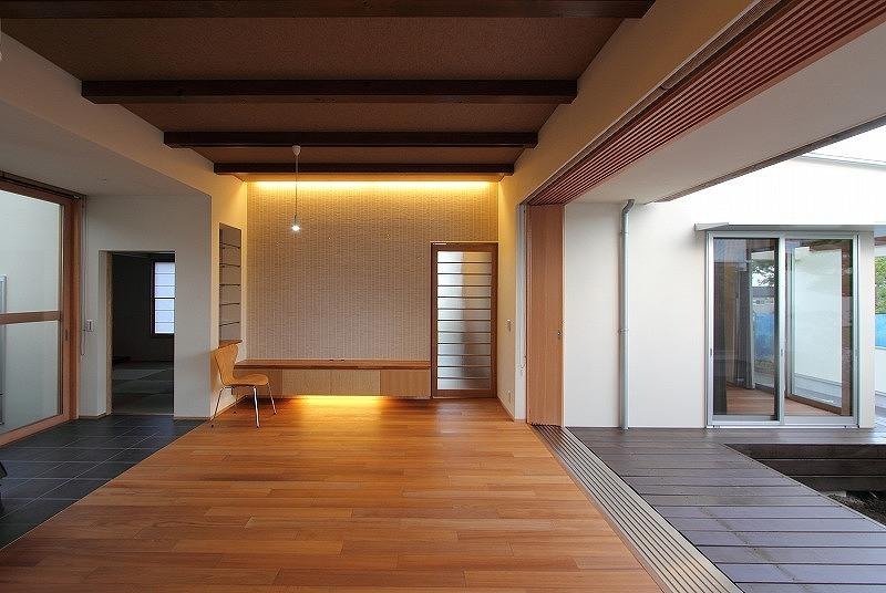 Yokono ARKの写真 中庭と薪ストーブのあるLDK 1