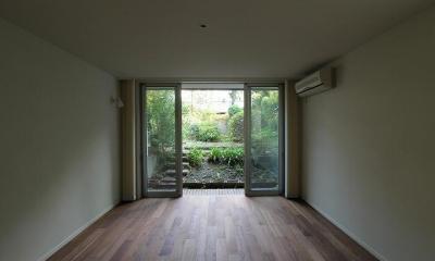 桜台の呼吸する家 (庭に繋がる洋室)