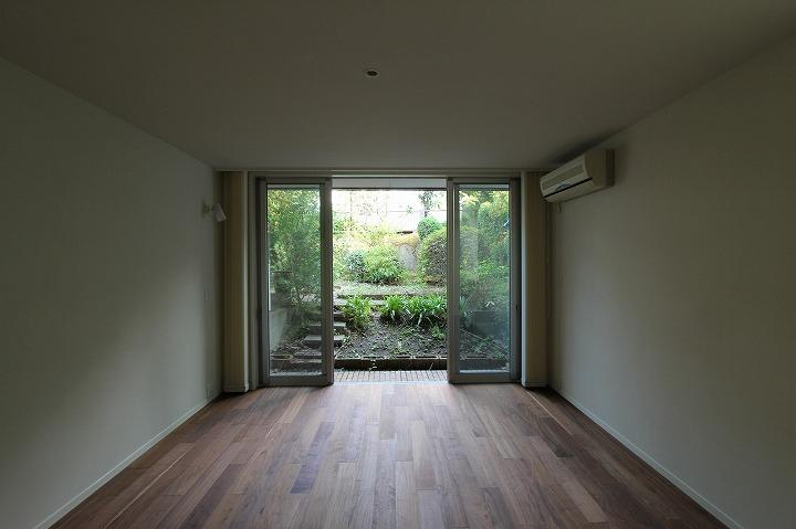 桜台の呼吸する家の部屋 庭に繋がる洋室