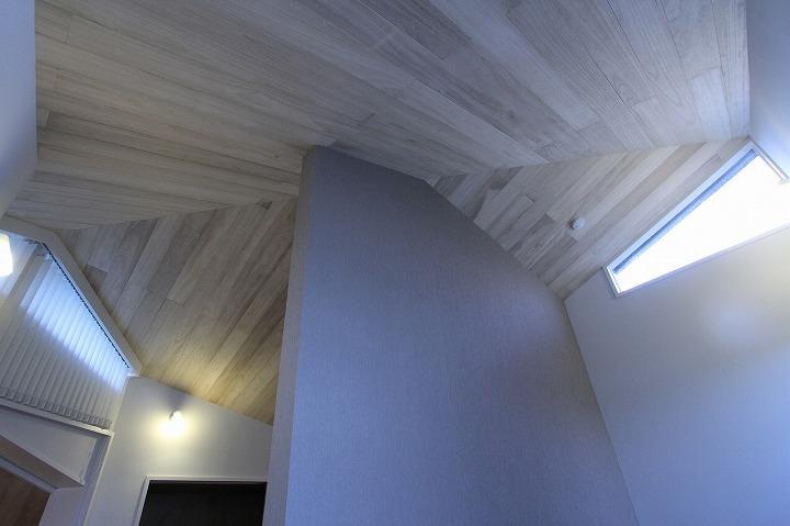 桜台の呼吸する家の部屋 天井を見上げる