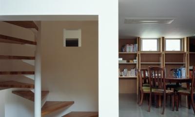 格子の家 (階段とダイニング)