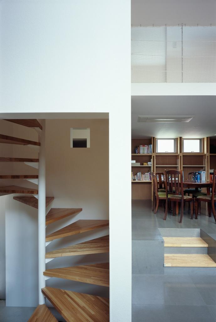 格子の家の写真 階段とダイニング