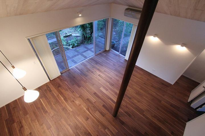 桜台の呼吸する家 (吹き抜けから1階リビングを見下ろす)