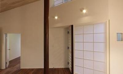 桜台の呼吸する家 (吹き抜けと丸い柱のあるLDK 3)