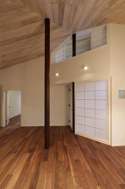吹き抜けと丸い柱のあるLDK 3 (桜台の呼吸する家)