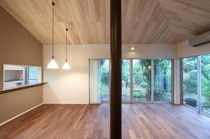 桜台の呼吸する家の部屋 吹き抜けと丸い柱のあるLDK 2