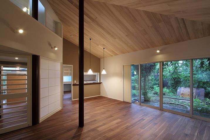 桜台の呼吸する家 (吹き抜けと丸い柱のあるLDK 1)