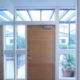 桜台の呼吸する家 (明るい玄関)