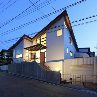 桜台の呼吸する家 (外観 夕景)