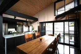 SKY FIELD HOUSE (黒い柱梁の見えるリビングダイニング)