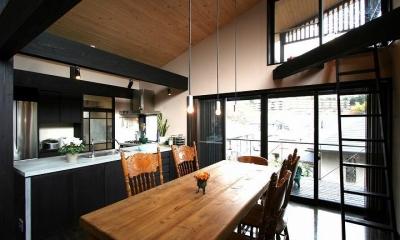 黒い柱梁の見えるリビングダイニング|SKY FIELD HOUSE
