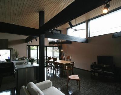 SKY FIELD HOUSE (黒い柱梁の見えるLDK)