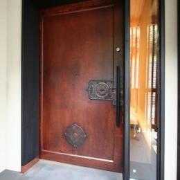 SKY FIELD HOUSE (古い蔵戸を使用した玄関扉)