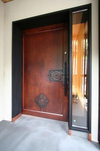 古い蔵戸を使用した玄関扉 (SKY FIELD HOUSE)