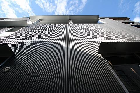 SKY FIELD HOUSEの部屋 ガルバリウム鋼板小波板の外壁