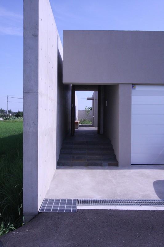 HO邸の部屋 アプローチ階段のある入口