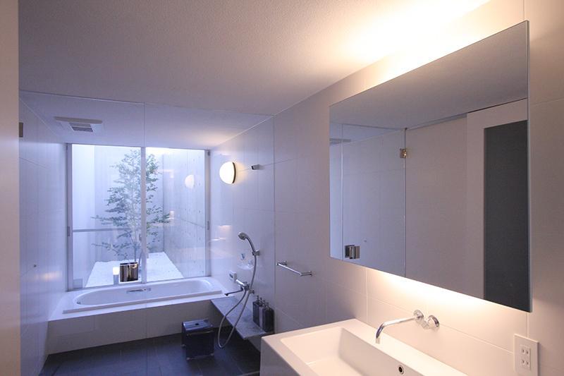 HO邸の部屋 坪庭のあるバスルーム