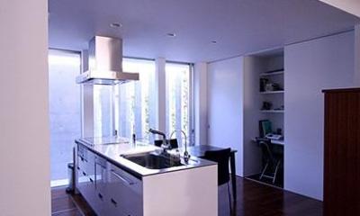 白い対面型キッチン|KM邸