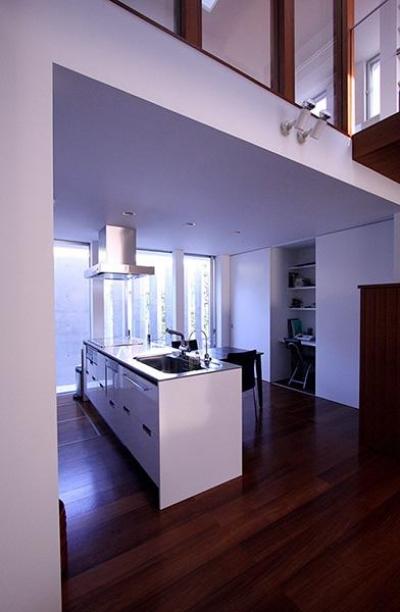 白い対面型キッチン (KM邸)
