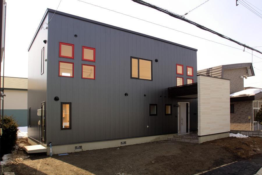 CHITOSE S HOUSEの写真 アクセントの赤い小窓がある外観