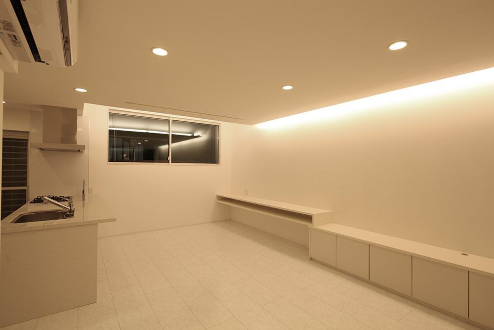 伊丹市 K邸の部屋 キッチンもリビングも白で統一されている空間