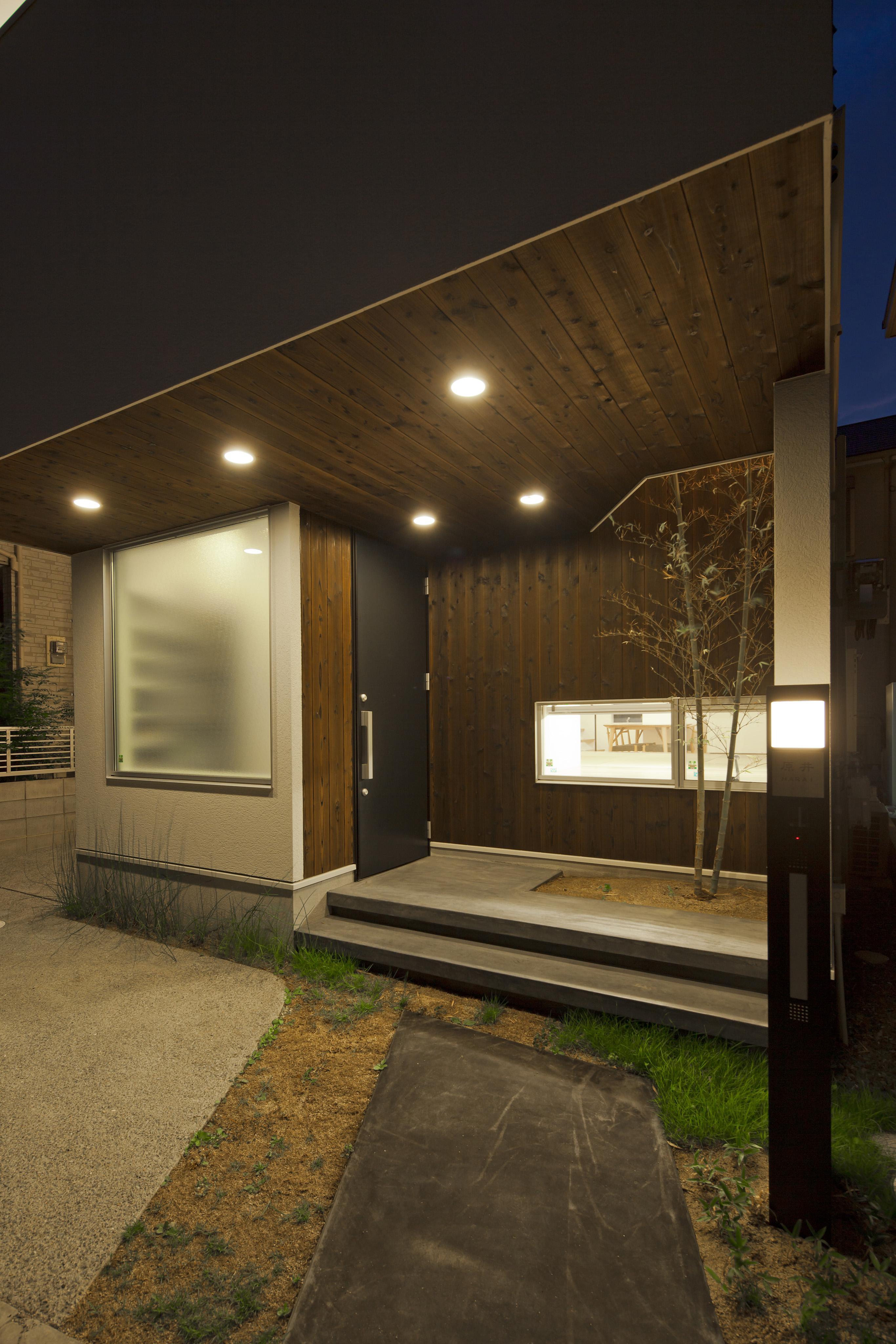 伊丹市 H邸の部屋 シンボルツリーのある玄関
