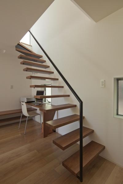 壁に埋め込んだ個性的な階段 (伊丹市 H邸)
