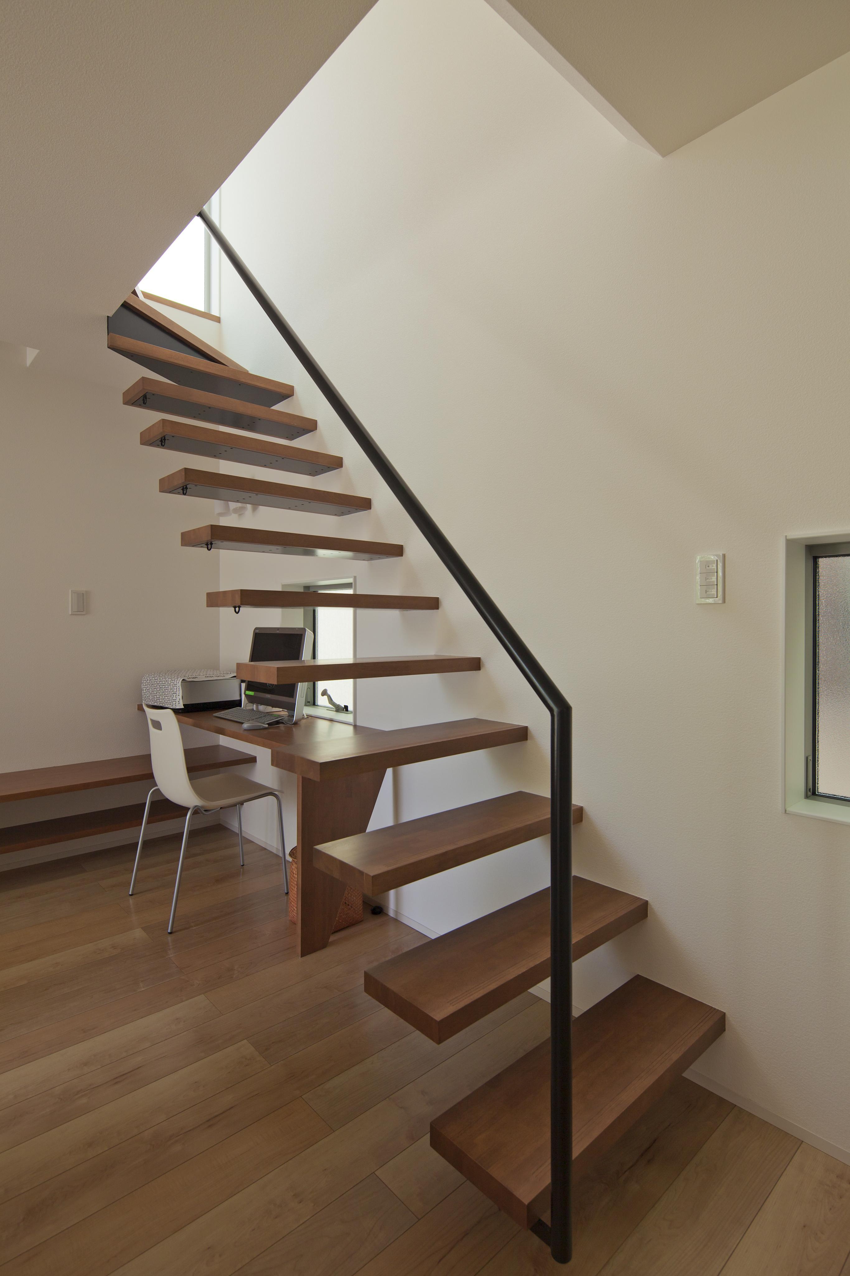 伊丹市 H邸の部屋 壁に埋め込んだ個性的な階段