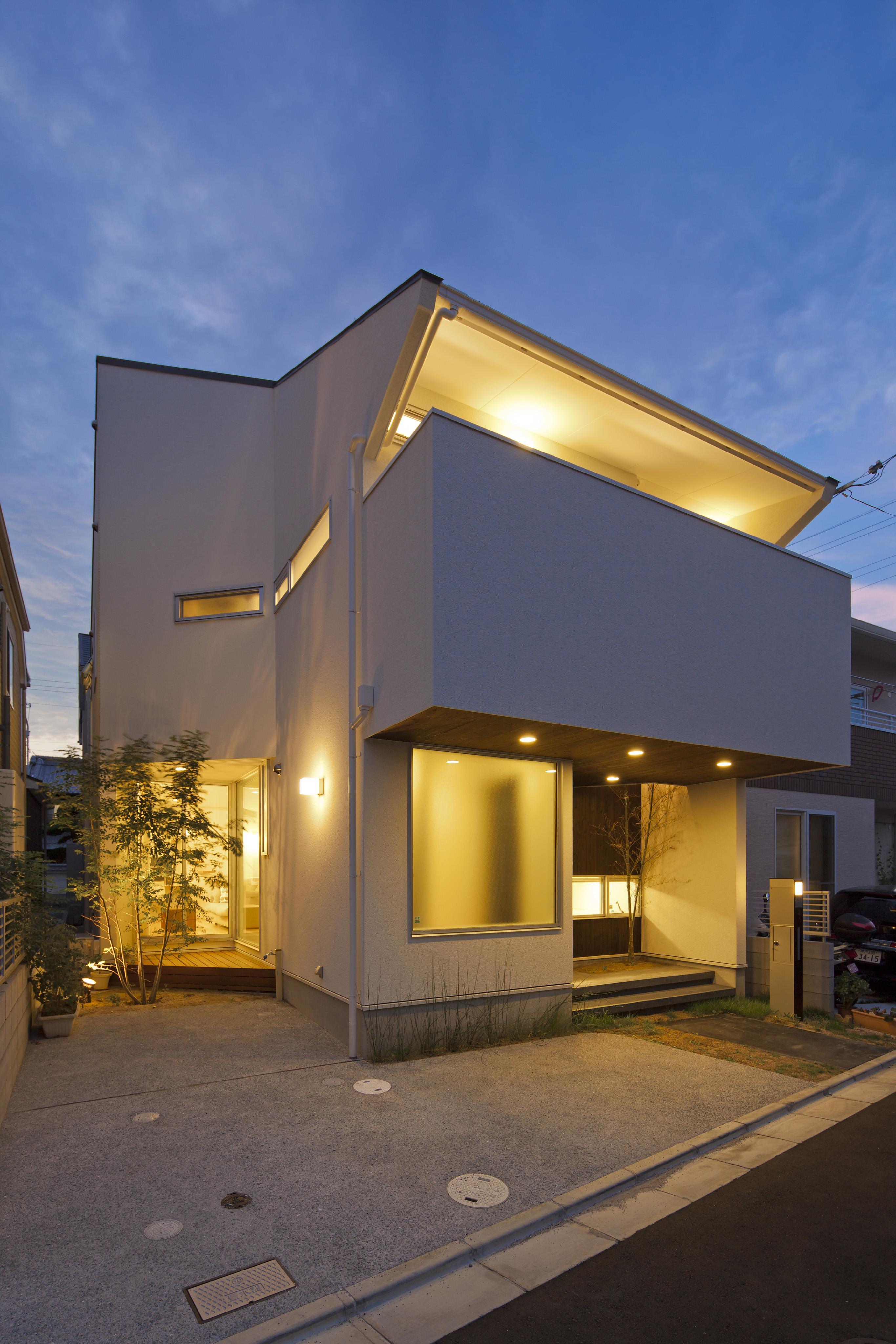 伊丹市 H邸の部屋 ライトアップした白い外観