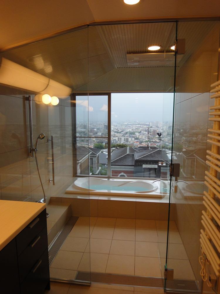 芦屋の家の部屋 ガラス張りのバスルームから見る景色