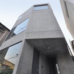 ギャラリーのある家 (コンクリート打放しで彫刻的なデザインの外観)