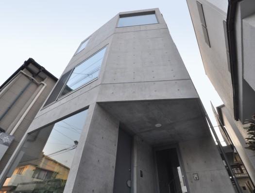 ギャラリーのある家の部屋 コンクリート打放しで彫刻的なデザインの外観